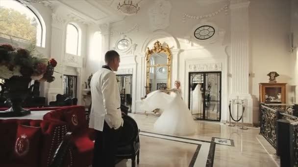 Spining nevěsty kolem s svatební závoj
