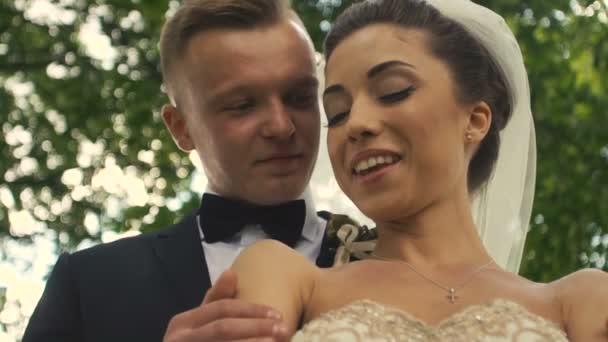 Svatební nevěsta a ženich Park chůze