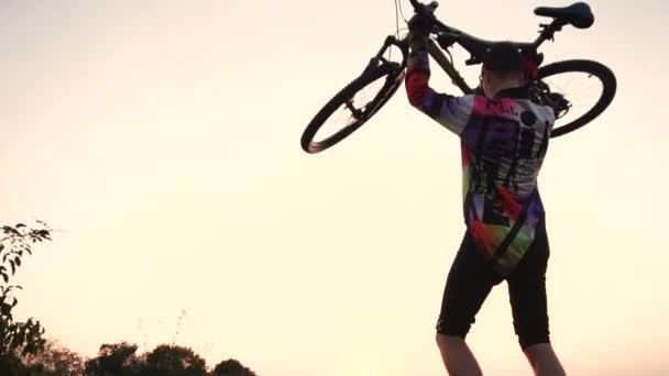Muž drží v rukou na kole