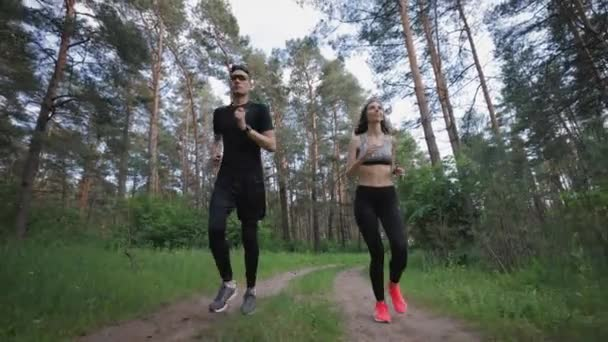 Aktives Paar läuft durch Wald