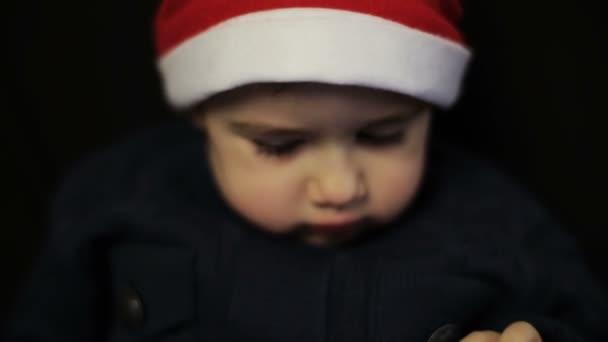 Kleiner Junge hat Spaß mit Tablet-PC