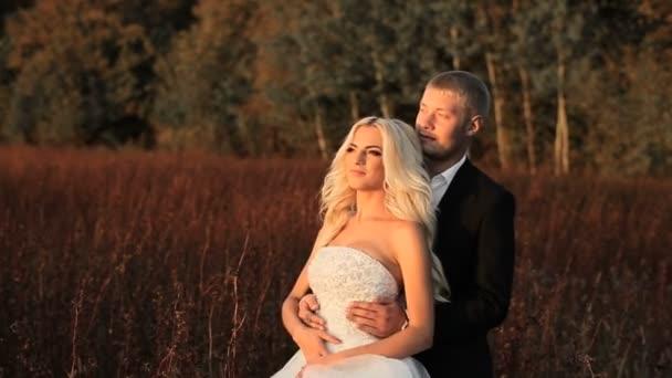 Esküvő menyasszony és a vőlegény séta