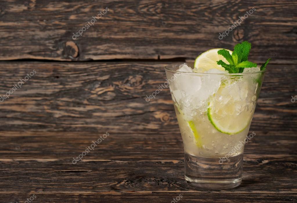 mas bajo precio venta directa de fábrica color atractivo Cóctel con ron blanco o gin con hielo, limón, menta — Foto ...