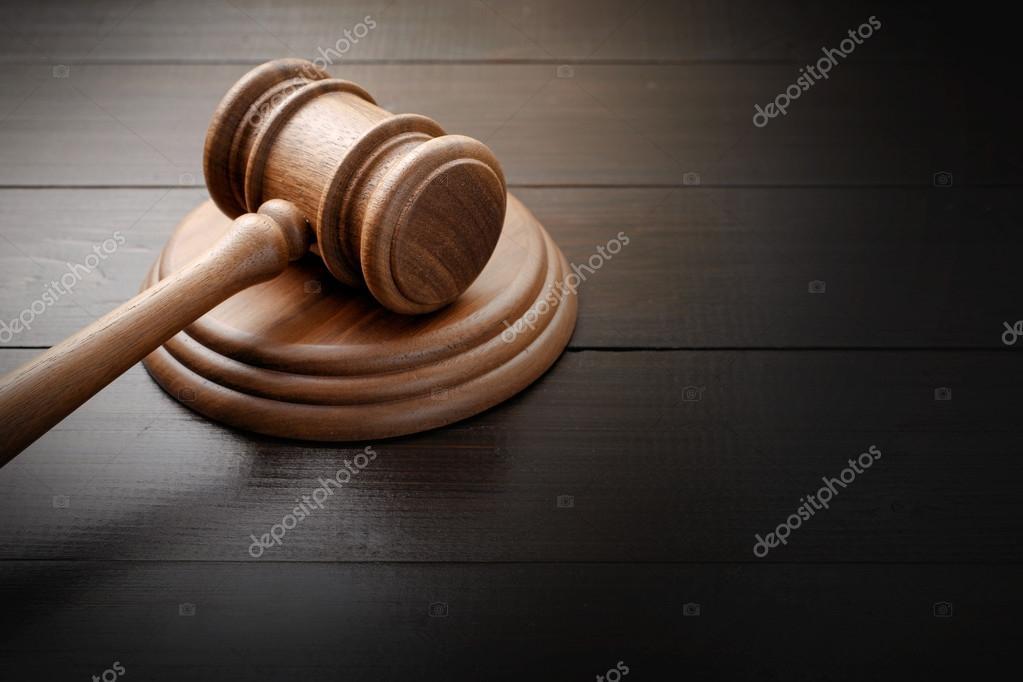 Marteau de juge sur le bureau en bois laqué brun u photographie