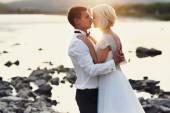 Fényképek Esküvői pár futó zöld fű a naplemente