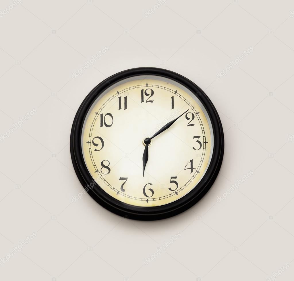 625b2985071 Relógio de estilo antigo em uma parede cinza — Foto de agephotography