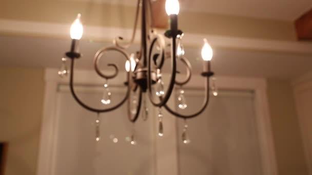 Mooie kroonluchter in de eetkamer u2014 stockvideo © jakerbreaker #70308243