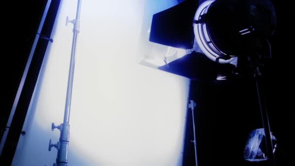 Installation Beleuchtung auf einem Film-set — Stockvideo ...