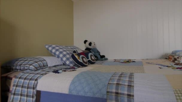 interieur van een jongens slaapkamer stockvideo