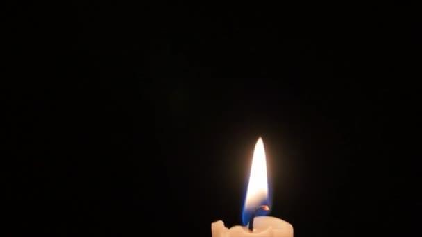 Velas encendidas en el cuarto oscuro — Vídeo de stock © jakerbreaker ...