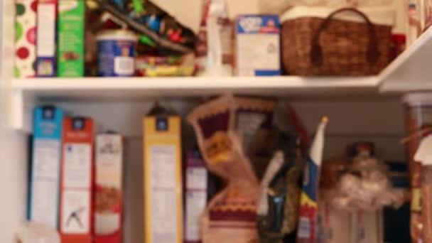 Speisekammer mit Essen in der Küche — Stockvideo © jakerbreaker ...