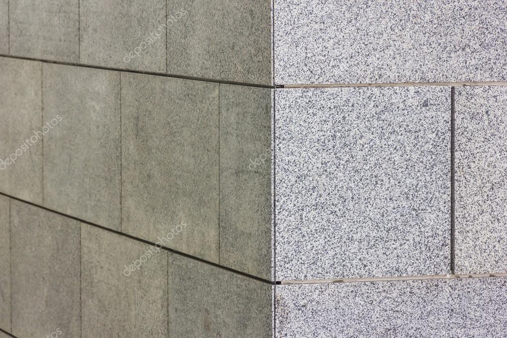 Angolo di un muro con piastrelle di granito u foto stock