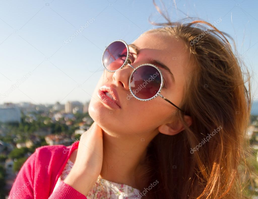 Été close up mode portrait de séduisantes étonner fille posant sur fond de  la vue imprenable sur la ville depuis le toit. dans la tenue rose et rondes  roses ... 7139a3cd8f2c