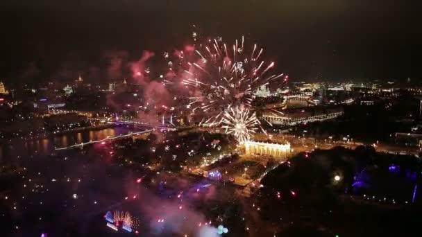 Noční pohled a ohňostroj na Moscow city