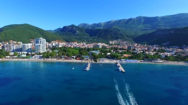 Úžasný pohled na jachtě plující v otevřeném moři na slunečný den