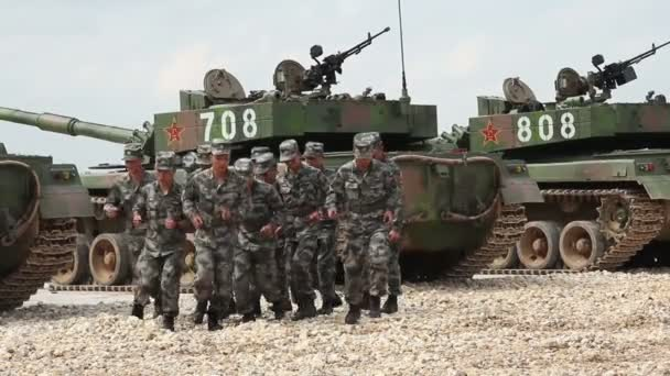 Moskau - 1. August 2015: chinesische Militär laufen gegen Panzer
