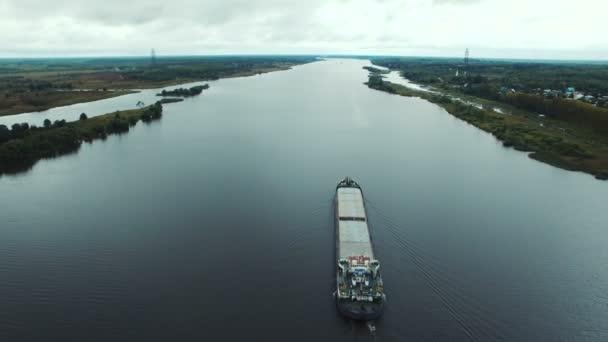 Letecký pohled na ropný tanker lodě plující na řece