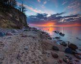 Klippe am Meeresufer bei Sonnenaufgang. Ostsee Langzeitbelichtung Foto