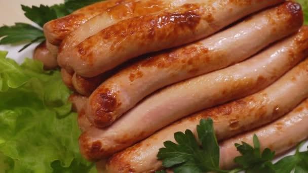 Grillezett kolbász. Hot dog, kolbász vagy virsli grillsütőn főzve