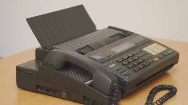 Altes Büro-Faxgerät auf dem Tisch. Rotation