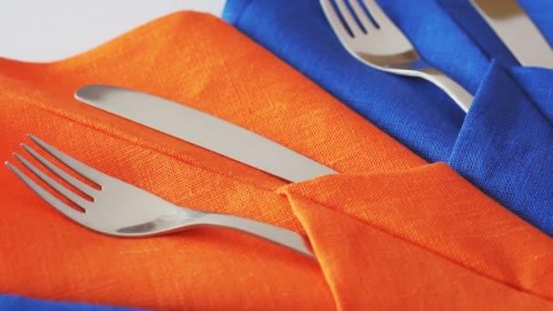 Nože a vidličky na stůl. Detailní záběr. Rotace