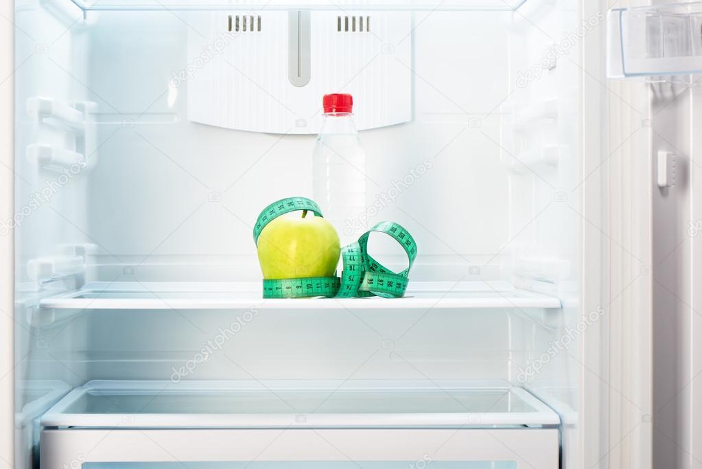 Kühlschrank Regal : Apple mit mess band und eine flasche auf regal kühlschrank