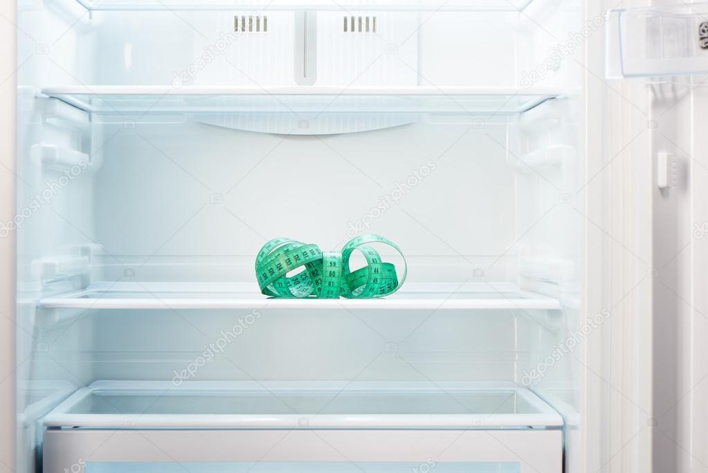 Kühlschrank Regal : Maßband am regal der offene leere kühlschrank grün u2014 stockfoto