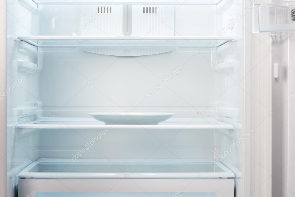 Kühlschrank Platte : Leere weiße platte in offene leere kühlschrank u stockfoto