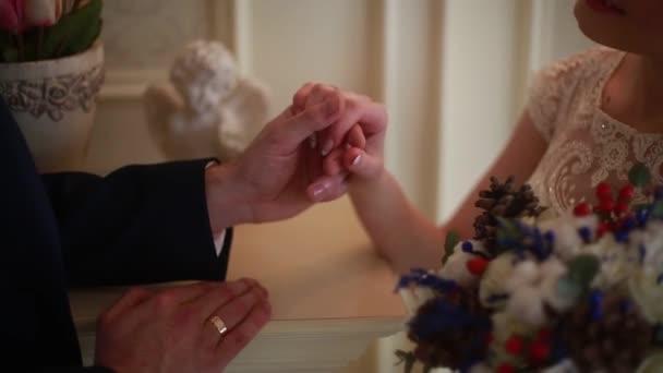 Svatební kytice v ruce nevěsty a ženicha