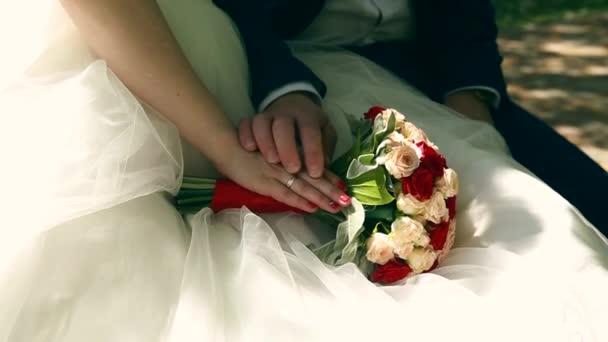 nevěsta a ženich drží svatební kytice zblízka