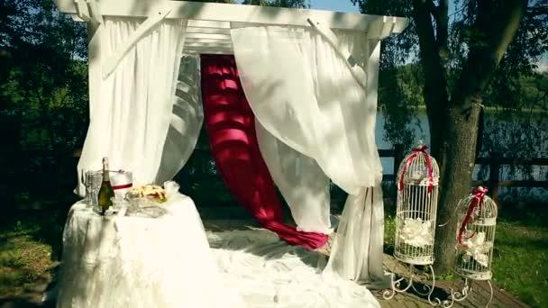 Schön Dekoriert Mit Licht Weiß Chiffon Kronleuchter Und Blumensträuße  Rosen Pastell Farben Hochzeit Pavillon Stühle Und Tisch Stehend Auf ...