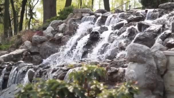 vodopád kaskády, teče přes ploché kameny, v lesní krajině