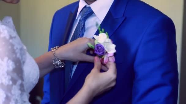 nevěsta šaty květ ženicha