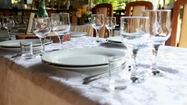 üres üvegek, az étterem