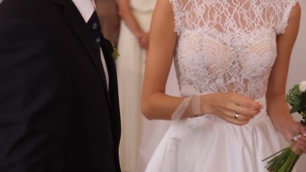 La sposa e lo sposo scambio di fedi nuziali