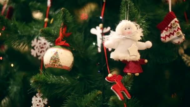 Nový rok, krásné vánoční ozdoby na pozadí věnce blikat