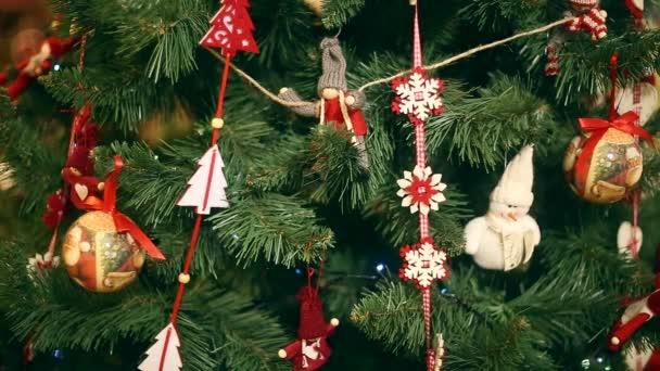 Új év, szép karácsonyi díszek a háttérben koszorúkat villog a.
