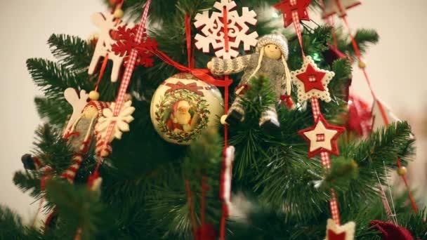 Nový rok, krásné vánoční ozdoby na pozadí věnce blikat.