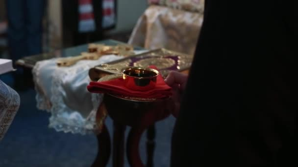 pohár bor a kezében a pap az ortodox egyház Kijevben