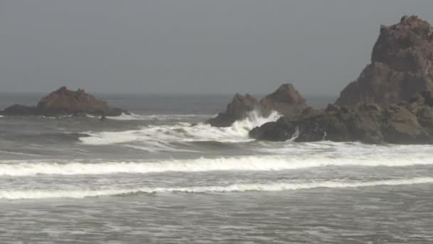 Krásné vlny Atlantského oceánu rocky poukazují na Legzira beach