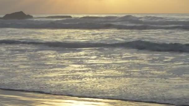 krásný západ slunce na pláži, úžasné barvy