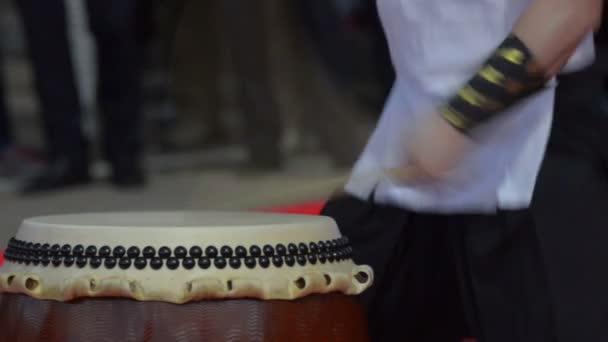 Japán művész játszik tradicionális taiko dobok