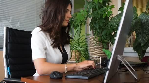 podnikatel pracuje na počítači v kanceláři