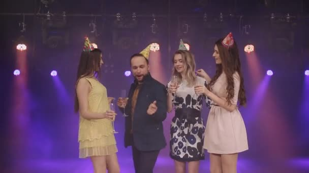 Mann und Frau tanzen auf einer Party-Geburtstagsfeier in einem Nachtclub