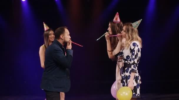 narozeniny dívka s dort a přáteli pózuje v nočním klubu
