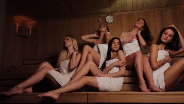 Pět přátel dělá wellness v sauně termální lázně
