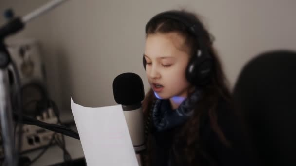 Photo Portrait of girl dj working on the radio in front of a microphone