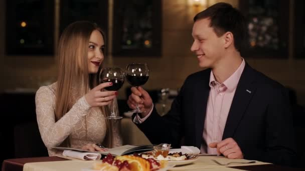 romantický mladý pár v restauraci stůl opékání