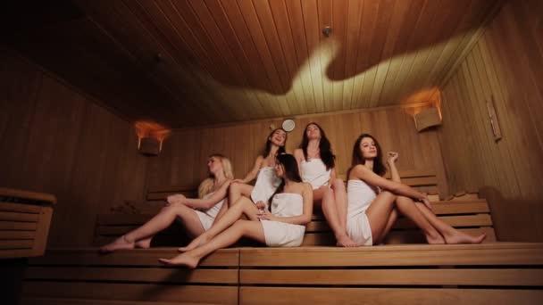 Mladých ženách se léčba parní lázeň na dokončení dřevěná sauna
