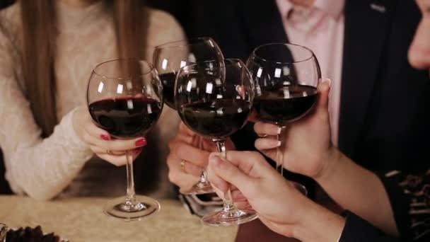 Freunde im Restaurant trinken Wein.